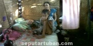 TANGGUNG JAWAB SIAPA: Darmono dan ibunya Tingah yang sehari-hari di rumah yang jauh dari layak.