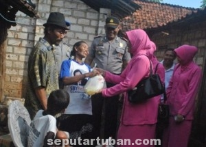 PEDULI SEKITARNYA : Anggota Bhayangkari Ranting Kerek bersama Kapolsek Kerek saat memberikan bantuan kepada orang tua Darmono