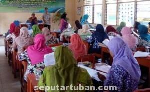 FOKUS DAN SERIUS: Sejumlah guru sasaran SMP sederajat sedang mengikuti workshop Kurikulum 2013.