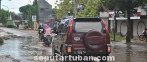 SEPERTI DANAU: Karena tidak anitasinya jalan raya Desa Mandirejo, Kecamatan Mereakurak, menjadi langganan banjir saat penghujan.