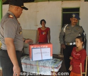 SAATNYA BERBAGI: Kapolsek Kerek AKP Musa Bakhtiar saat memberikan bantuan mesin jahait kepada Wantikah di rumah Desa Sidonganti, Senin (16/06/2014).