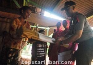 INDAHNYA BERBAGI : Kapolsek Kerek saat memberikan alat bantu jalan kepada ibunya Wantikah