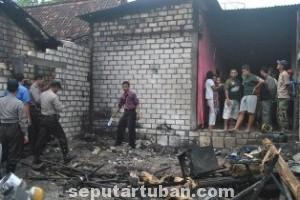 PUING NESTAPA: Rumah milik Agus di Desa Sugiharjo, Kecamatan Tuban, yang ludes dilalap api, Selasa (03/06/2014).