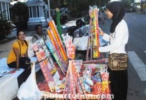 MERIAHKAN RAMADHAN : Penjual kembang api mulai menjajakan daganganya menjelang bulan Ramadhan
