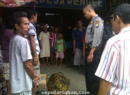 MENGHEBOHKAN : Jasad korban saat masih berada dilokasi kejadian, Kamis (26/6/2014)