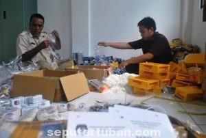 SIBUK : Pekerja di KPUD Tuban sedang melakukan pengepakan logistik