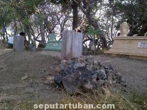 PENGINGAT KEMATIAN : Kondisi makam besih dari semak belukar