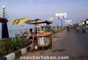 TETAP JUALAN : PKL dikawasan jalan Pantura Tuban, mereka tetap berjualan untuk menjaga ekonomi keluarganya.