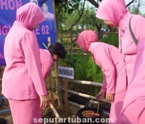 BUKAN ANGKA IKUT: Para anggota Bhayangkari juga tak mau ketinggalan dalam aksi menanam 1.000 pohon.