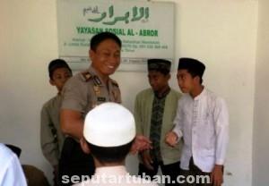 BAHAGIA : Kapolres Tuban, AKBP Ucu Kuspriyadi tertawa lepas dengan anak asuh yayasan sosial yang dikunjunginya, Senin (23/6/2014)