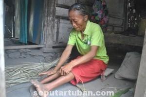 WANITA TANGGUH : Ditengah keterbatasan yang dimilikinya, Sarini tetap tekun melakoni pekerjaanya membuat tikar pandan untuk membantu ekonomi keluarganya