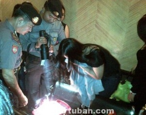 JELANG PILPRES : Polisi saat memeriksa pemandu lagu (Ladys) disebuah karaoke di kawasan Kec. Jenu