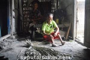TABAH : Sarini hanya tinggal serumah bersama ibunya yang sudah berusia senja