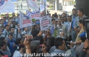 TERANCAM NGANGGUR : Pekerja TPPI saat berunjuk rasa di DPRD Tuban meminta dukungan agar pemerintah mengambil alih perusahaan