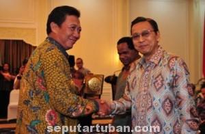 SEMANGAT BARU : Bupati Tuban saat menerima piala Adipura Kencana dari Wakil Presiden RI