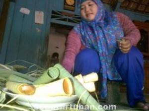 BERUSAHA BERTAHAN: Salah satu dapur dumbek di Dusun Kesamben Barat, Desa Kesamben Plumpang, yang hingga kini masih mengepul.