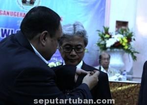 UKIR SEJARAH : Dirut PT Semen Indonesia (persero) Tbk, Dwi Seotjipto menerima lencana Pena Emas dari Ketua PWI, Margiono di Hall Gedung Dewan Pers Jakarta