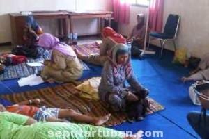 DIDUGA KERACUNAN: Sebagian korban yang masih menjalani perawatan intensif di Puskesmas Soko, Selasa (03/06/2014), siang.