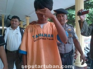 CINTA BERAKHIR DUKA: Rahminto saat dikeler aparat penyidik Polres Tuban, Senin (16/06/2014) siang.