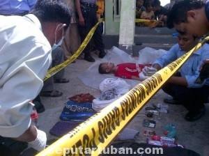 TELISIK TKP: Aparat Polres Tuban tengah melakukan olah tempat kejadian perkara  di pantai Boom Tuban. Selasa (24/06/2014).