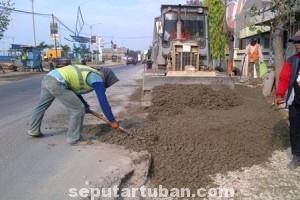 RAWAN KECELAKAAN: Tumpukan material di ruas jalan yang berada di Kecamatan Bancar cukup mengganggu pengguna jalan.