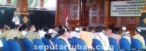 SERIUS: Sejumlah siswa perwakilan sekolah di Tuban tengah mengikuti pembukaan pondok ramadhan di Pendopo Krido Manunggal, Jumat (20/06/2014) siang.