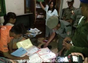 BAIK-BAIK: Pasangan muda yang tinggal di eks Lokalisasi Gandul menujukkan surat nikah dan dokumen resmi lainnya.