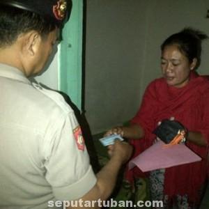 LEGAL: Seorang wanita yang tinggal di salah satu eks lokalisasi memperlihatkan KTP kepada petugas.