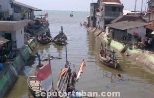 TIDAK TERJAGA : Kondisi sungai selain kotor juga arusnya terhambat karena banyak perahu