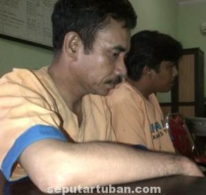 TAK BERKUTIK: Dua bandar togel yang berhasil diamankan di Desa Glodok, Kecamatan Palang.