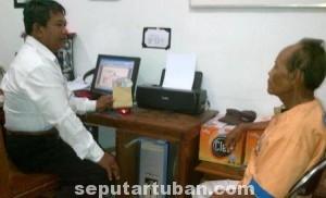 TAMAT: Ramudi saat diperiksa aparat Reskrim Polres Tuban, Selasa (17/06/2014) siang.