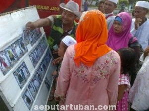 "BERBURU REZEKI: Sejumlah peziarah melihat berbagai angle foto hasil jepretan ""paparazi"" Sunan Bonang."