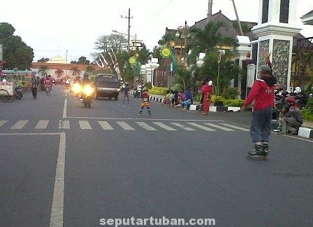 TETAP SEMANGAT : Minimnya fasilitas latihan membuat para atlet sepatu roda latihan di jalan raya siang hari