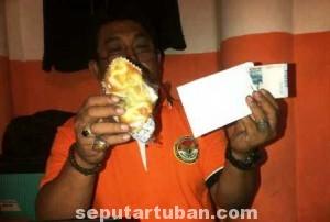 UANG DEKLARASI : Edy Toyibi menunjukkan bukti berupa roti, amplop putih dan uang tunai Rp. 50 ribu