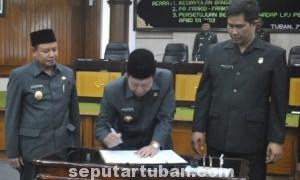 SEMPURNA: Bupati Tuban Fathul Huda didampingi Wabu Noor Nahar dengan disaksikan Ketua DPRD Kristiawan menandatangani berita acara LPJ, Senin (07/07/2014).