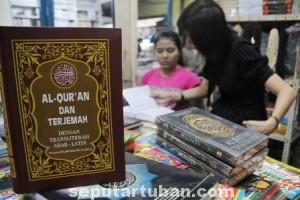 MENINGKAT TAJAM: Ramadhan menjadi berkah tersendiri bagi sejumlah gerai buku di Kota Tuban yang menyediakan ragam referensi Islam berbagai mazhab.