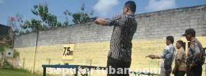 ASAH SKILL: Sejumlah anggota Polres Tuban dengan serius melakukan latihan menembak, Jumat (04/07/2014).