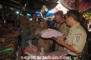 SASAR PASAR: Diduga masih banyak beredar mamin tak layak konsumsi beredar di Kota Tuban.