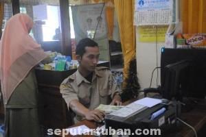 TAK DIMANFAATKAN: Fasilitas internet gratis di Perpustaan Tuban yang tak banyak disentuh pengunjuung.