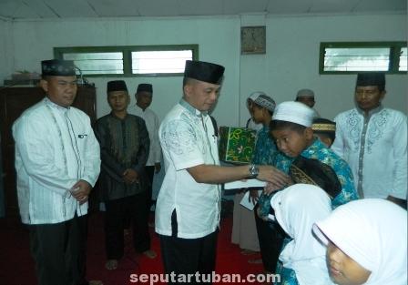BERBAGI : Danrem Mojokerto saat memberikan bingkisan kepada anak yatim di Kecamatan Palang, Kabupaten Tuban