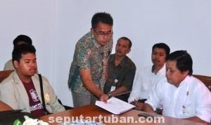 APRESIASI: Adm Perhutani KPH Parengan, Daniel Budi Cahyono (kanan) saat diskusi dengan mahasiswa dan dosen UGM di kantornya untuk menyampaikan informasi tentang Desa Sidonganti.