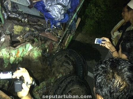 HANCUR : Kondisi kabin truk remuk menyebabkan 3 orang didalamnya meninggal dunia dilokasi kejadian