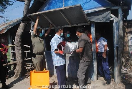 GEGERKAN WARGA : Polisi saat mengevakuasi mayat korban untuk dibawa ke RSUD Dr R Koesma Tuban
