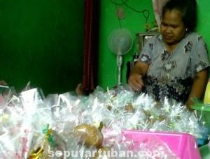 LARIS MANIS : Siti Ruwaidah saat membungkus Madu Mongso buatanya