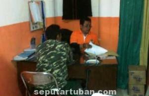 MASIH DIDALAMI : Kartaji saat diperiksa di Kantor Panwaskab Tuban, Selasa (1/7/2014)