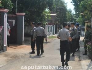 JELANG MUDIK : Anggota Polsek Tuban dan TNI saat melaksanakan patroli jalan kaki dikawasan Kelurahan Latsari, Kec. Tuban, Kab. Tuban, Kamis (24/7/2014)