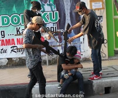 KELEWAT BATAS : Para pelajar Tuban memeragakan teaterikal kekejaman tentara Israel