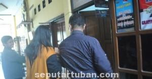 DEMI ANAK: YS, seorang ibu yang teramcam tak bisa merayaan Idul Fitri bersama kelaurganya saat digiring petugas ke ruang penyidikan Polres Tuban, Selasa (22/07/2014) pagi.