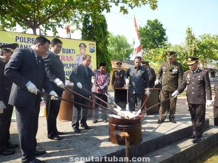 BUKTI KERJA : Pimpinan Daerah Kab. Tuban turut serta mengikuti pemusnahan barang bukti Narkoba dan Miras di Halaman belakang Mapolres Tuban, Selasa (1/6/2014)