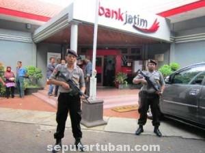 PENGAMANAN EKSTRA : Anggota Sat Sabhara Polres Tuban berjaga dengan senjata api di Bank Jatim